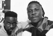 Photo of Stonebwoy Promotes Sarkodie's 'No Pressure' Album Despite Their Beef