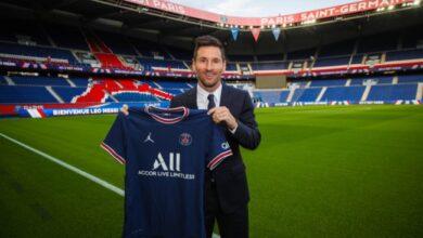 Photo of Lionel Messi signs for Paris Saint-Germain